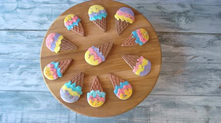 glazura : Collection of gingerbread biscuits on board. Set of biscuits in shape of ice cream covered with colorful glaze, top view. Organic sweets for kids.