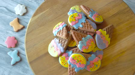 desszertek : Heap of gingerbread cookies with icing. Pile of glazed biscuits in a shape of ice cream. Tasty desserts for kids.