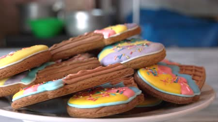 receita : Ice cream cone cookies. Glazed colorful biscuits close up. Frosted sugar cookies recipe.