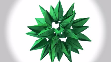 modulo : Green origami transformando la bola de punta. Increíble figura giratoria. Fondo blanco aislado Archivo de Video