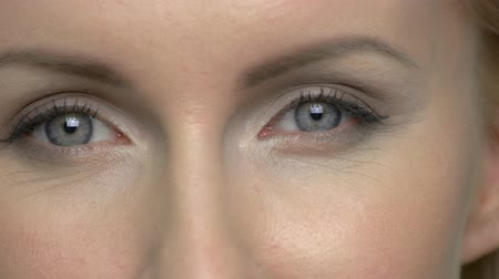 kaşları : Close up of mature womans eyes. Female face with wrinkles. Stok Video
