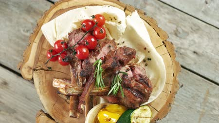 pan pita : Barbecue veal ribs top view. Meat, vegetables and pita bread. Archivo de Video