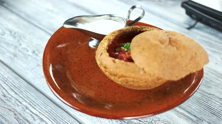 barszcz : Borscht in bread bowl. Soup and sour cream. Wideo