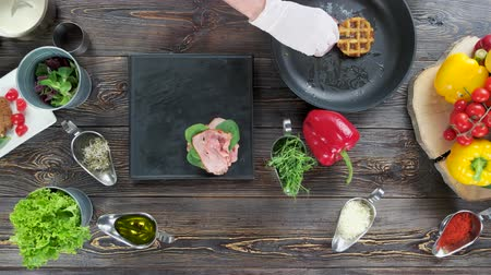 espinafre : Hand making waffle sandwich. Ham benedict on a plate. Stock Footage
