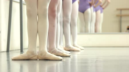 scarpe ginnastica : Ballerinas feet in pointes. Group of ballerinas having rehearsal at ballet class. Ballet dance pointe technique.