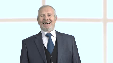 босс : Grey haired businessman laughing on blurred background. Elderly bearded male executive is laughing, slow motion.