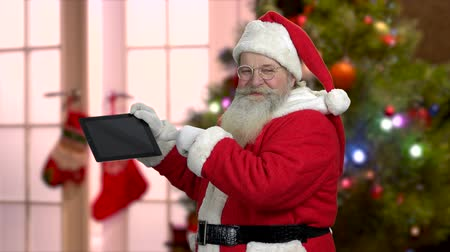 Senior Santa showing pc tablet. Traditional Santa with digital tablet giving thumb up. Special Christmas offer. Wideo