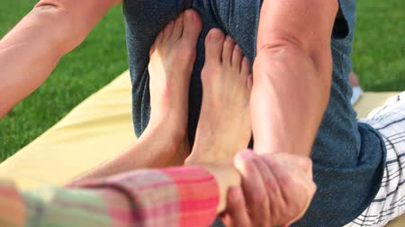 akupresura : Young therapist feet doing Thai massage. Feet between shoulder blades. Ancient healing system of acupressure.