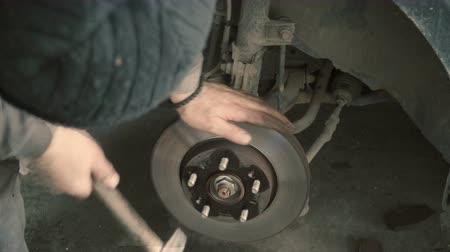 automobilový průmysl : Closeup video of car disc brakes servicing