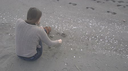coletando : Young Girl Collect Sea Shells on Shore Vídeos
