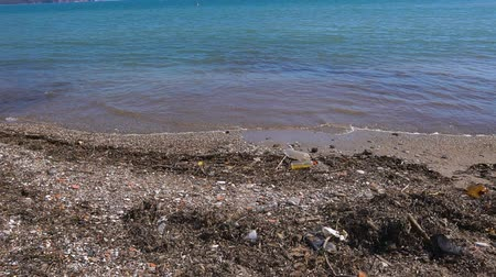 hijenik olmayan : Pollution on beach of tropical island