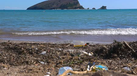 lixo : Pollution on beach of tropical island