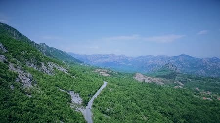 yılantaşı : Aerial view of a curved winding road with cars passing. Mountain road