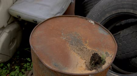 galão : Old dirty barrels of oil