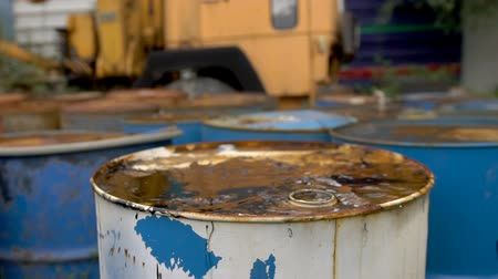 enferrujado : The oil is pouring on ld dirty barrels Stock Footage