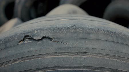 fidedigno : Close-up on a car tire with damage