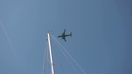 посадка : Low flying aircraft against a backdrop of yachts Стоковые видеозаписи