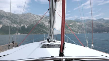 yat yarışı : Sails of the sailing yacht in the wind Stok Video