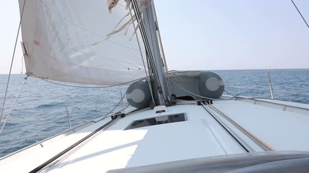 yat yarışı : View from the nose of the yacht making the maneuver. Yacht roll. Stok Video