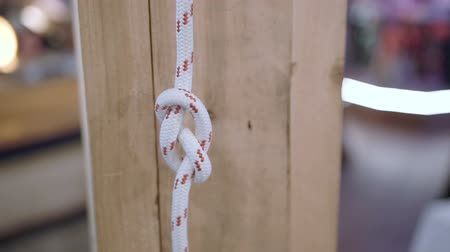 hozzákapcsol : Marine knot on a wooden background.