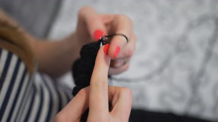 crochê : Close-up hands with knitting needles