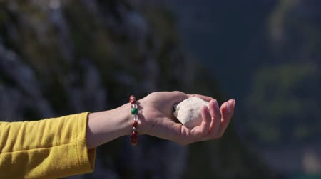 desistir : In the female hand is the stone that she rolls and throws up, close up Vídeos
