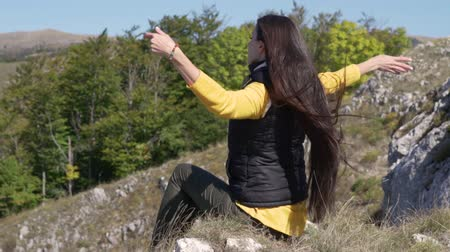 acariciando : Young woman make a meditation dances high in the mountains. Fitness, sport, yoga