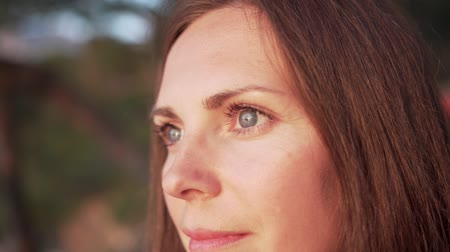 Close up of womans face at sunset, beautiful green eyes, portrait, outdoor relax sunlight. Vidéos Libres De Droits