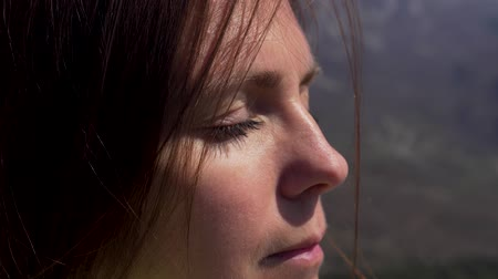 Close up of womans face at sunset, beautiful green eyes, portrait, outdoor relax sunlight. Stockvideo