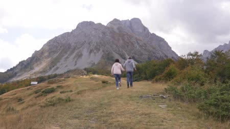 dağcı : Active senior couple runing at the mountains, enjoying their adventure.