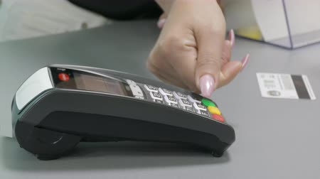 stroj : Woman Pays With Credit Card Using Terminal In A Shop