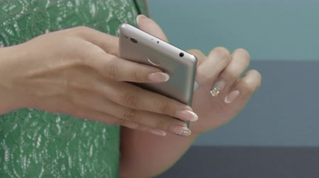 colaboração : Close Up View On Hands Of Employees Watching Infographic On Smartphone Indoors