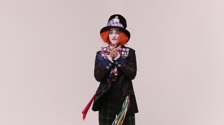 deli : an actor in a hatter costume, he jumps and smiles. At white studio Stok Video