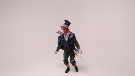 smokin : an actor in a hatter costume, he jumps and smiles. At white studio Stok Video