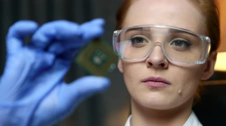 laboratorní plášť : Woman computer IT engineer is holding CPU computer microchip for examination.