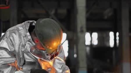 Man working with liquid metal in factory. Metal factory Wideo