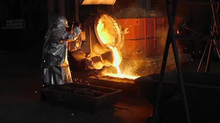 radiante : Man working with liquid metal in factory. Metal factory Stock Footage