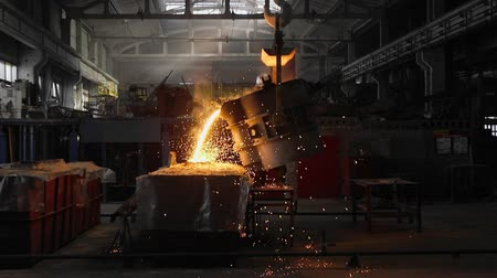 radiante : Man working with liquid metal in factory. Metal factory sparks