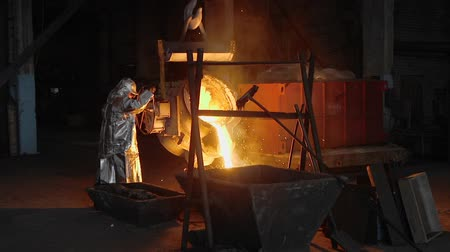 kepçeli : Man working with liquid metal in factory. Metal factory sparks
