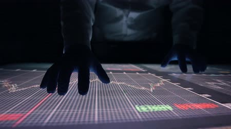 effectiviteit : Man indicators on sensor touch screen sensory interactive table in the dark. Stockvideo