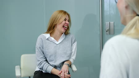 yüz buruşturma : Funny interview applying for a job. Applicant woman is joking and making grimace.