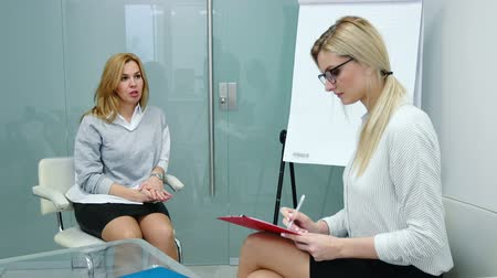 vaga : Job interview with hr specialist in big company for applicant woman. Vídeos