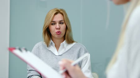 файлы : Psychologist is conducting the evaluation test of the survey with patient and writes the result. Hands close-up.