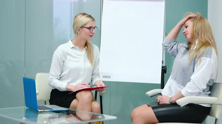 спрашивать : Job interview with hr specialist in big company for applicant woman. Стоковые видеозаписи