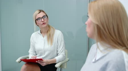 вакансия : Job interview with hr specialist in big company for applicant woman. Стоковые видеозаписи