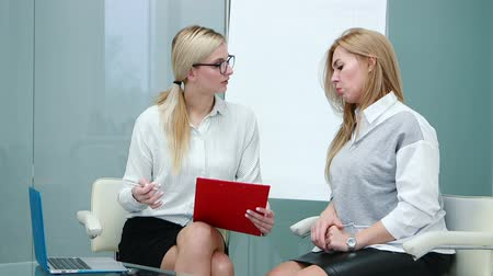 perguntando : Job interview with hr specialist in big company for applicant woman. Stock Footage