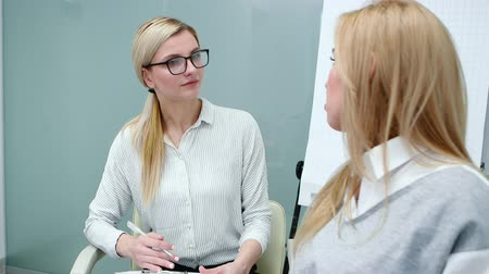 psichiatria : Psychologist is attentively listening client woman talking about her problems at therapy.