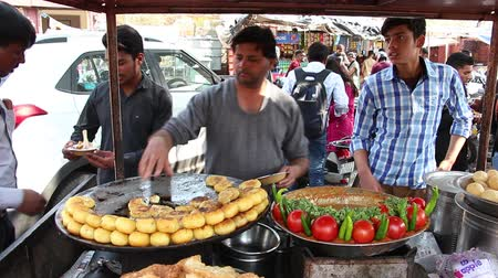 stragan : Jaipur, India - Circa March 2019. People buy Aloo tikki (fried potato cutlets), famous indian street food in Jaipur.