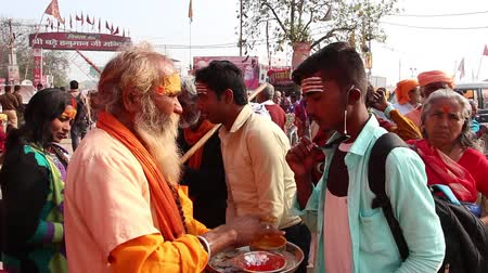hinduizmus : Allahabad, India - Circa March, 2019. Devotees visiting Kumbh Mela festival in Pryagraj.
