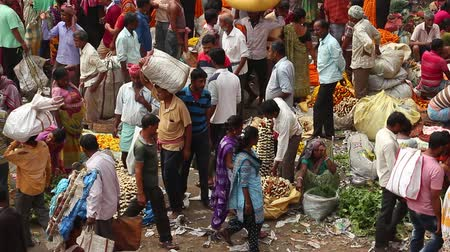 к юго западу : Kolkata, India - Circa March 2019. Customers and traders of huge Mullik Ghat Flower Market on old indian street in Kolkata.